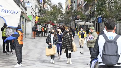مرور العامة في مدخل ساحة سول في مركز مدريد بواسطة موسى الجمعات